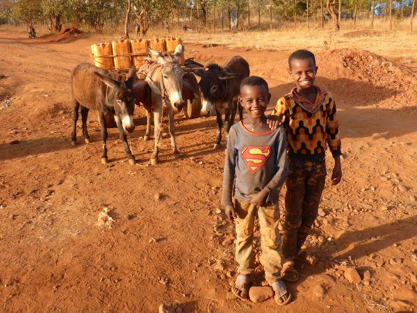 die Kinder müssen Wasser holen