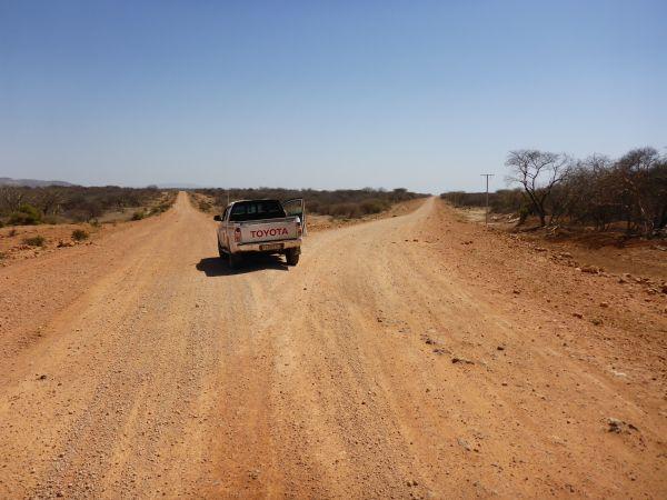 wo gehts lang - wir haben uns für den falschen Geradeaus-Weg entschieden und sind in der Somali Provinz gelandet