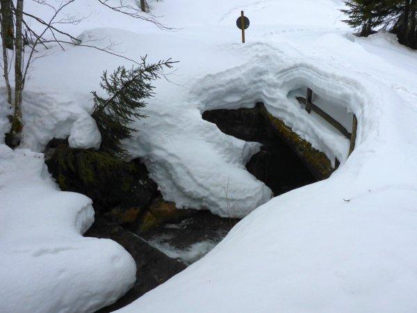 tiefer Schnee beim Aufstieg