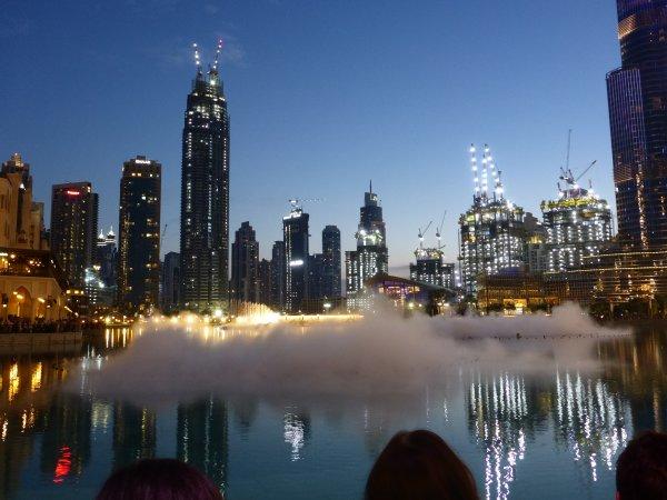 die Dubai Fontain startet