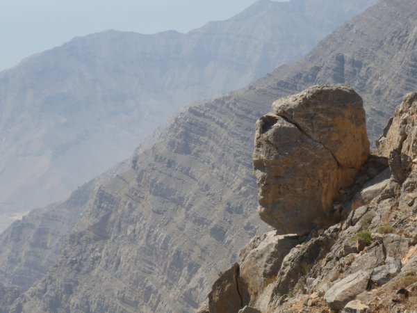 blick in die Tiefe vom Jebel Jais