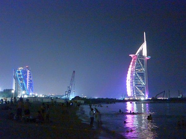 der Nachtblick auf den Burj el Arab, ein Hotel auf einer Insel