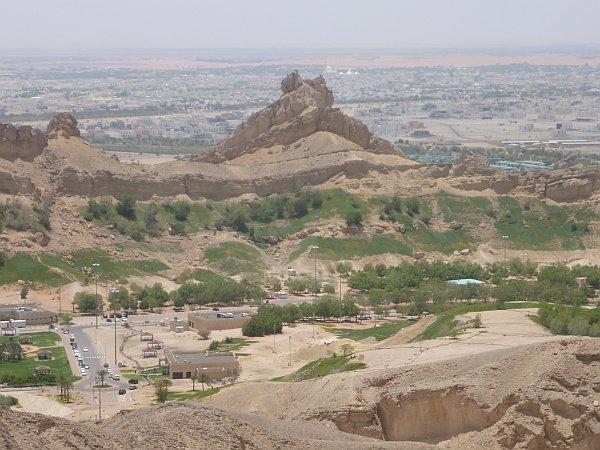 Blick von der Hafeet Straße zum Green Mubazzarah, einer Erholungslandschaft