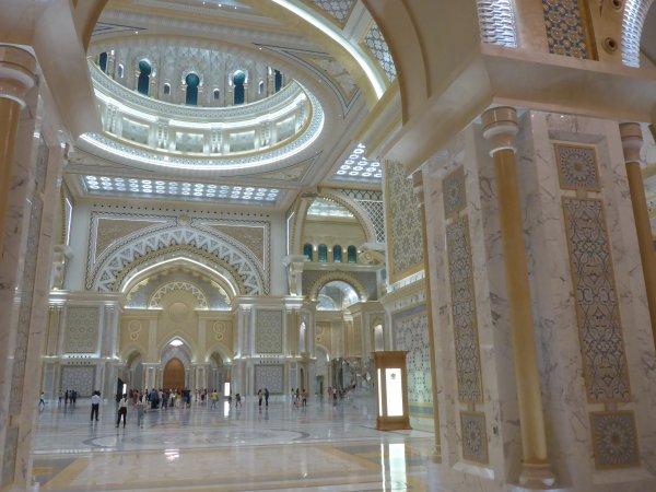 eine riesige Innenhalle, prunkvoll ausgeschmückt