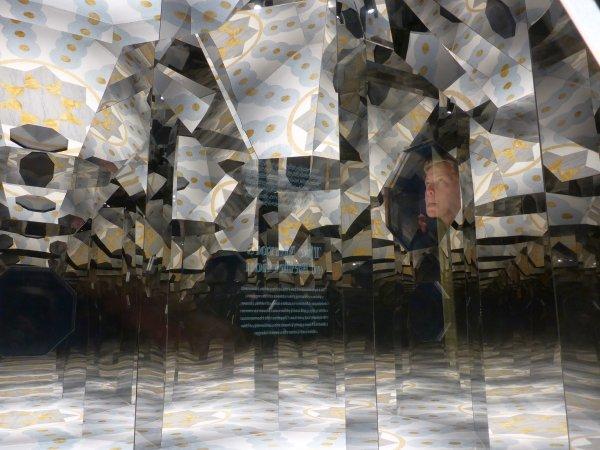 Kunstprojekte in 4 Spiegelwürfeln der Haupthalle