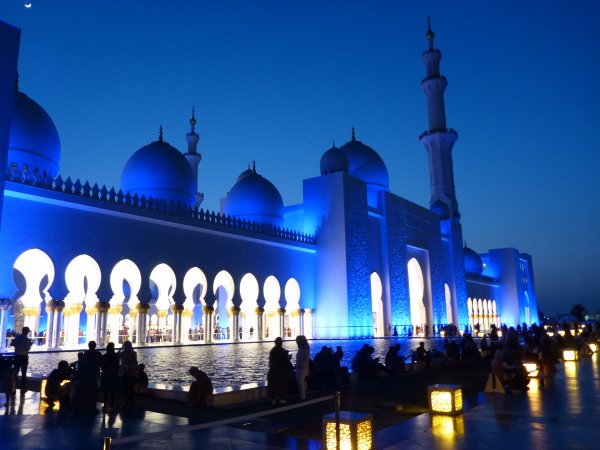bis es dann finstere Nacht ist und die Moschee blau leuchtet